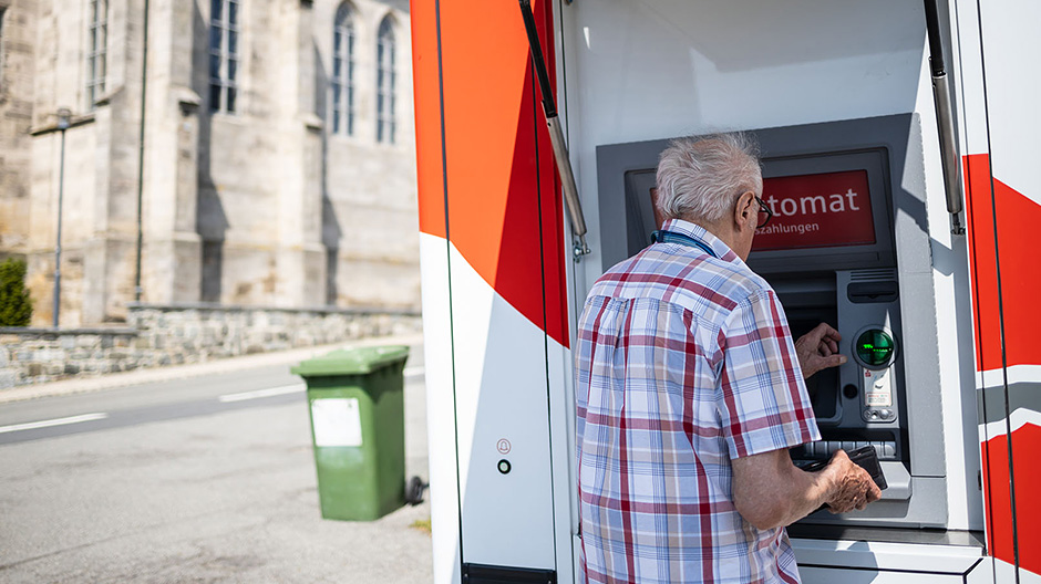 Once a week, Jürgen heads to the village of Tschirn with the mobile bank.