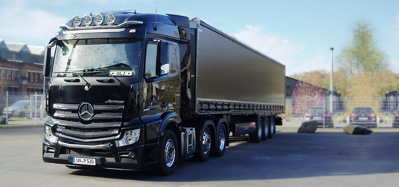 RoadStars presents: Olaf Purwin and his black Actros.