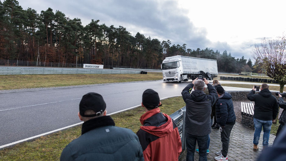 Mobiles at the ready. The participants get plenty of photo opportunities as instructor Harald tilts the trailer of his Actros.