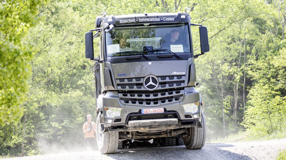 Powerful lorries under tough conditions: the RoadStars drivers are thrilled by the off-road course.