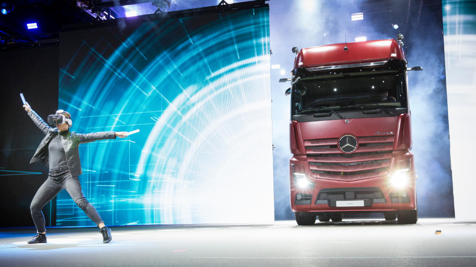 Centrepiece of the exhibition stand: the stage show for the new Actros in hall 14/15.