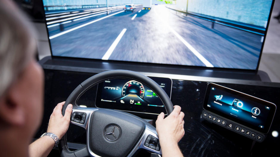 The new Active Drive Assist system can brake, accelerate and steer. The system delivers partially-automated driving for the first time in all speed ranges. Experience the system as part of the simulation in the Actros Experience Room in hall 14/15.