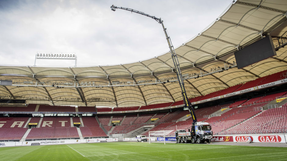 The record-breaking dimensions of the Arocs 5051 with the Palfinger crane are apparent in the huge space of the VfB Stuttgart soccer stadium.