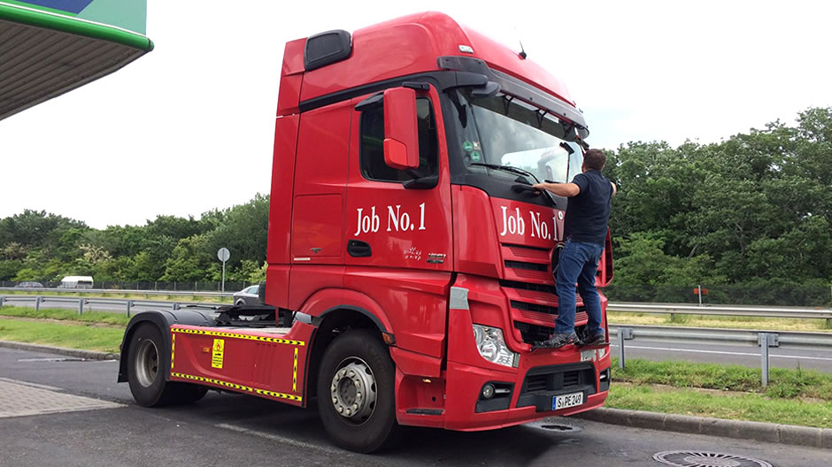 Road trip with the actros job no 1 roadstars for Mercedes benz germany careers