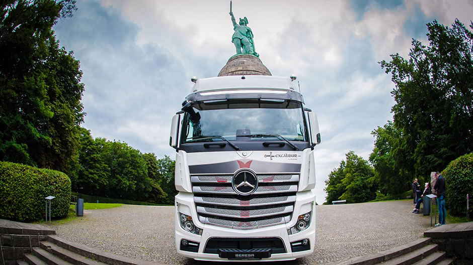 Perfectly dramatised: the Actros Excalibur in front of the Hermann monument near Detmold, which was consecrated in 1875 in memory of the battle of the Germanic tribes against the Roman legions in the Teutoburg Forest.