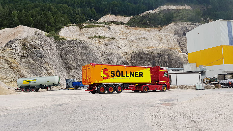 Consistent – right into the cab: the colour concept of Christian's Actros is implemented consistently and mirrors the colours of the Söllner Group logo.