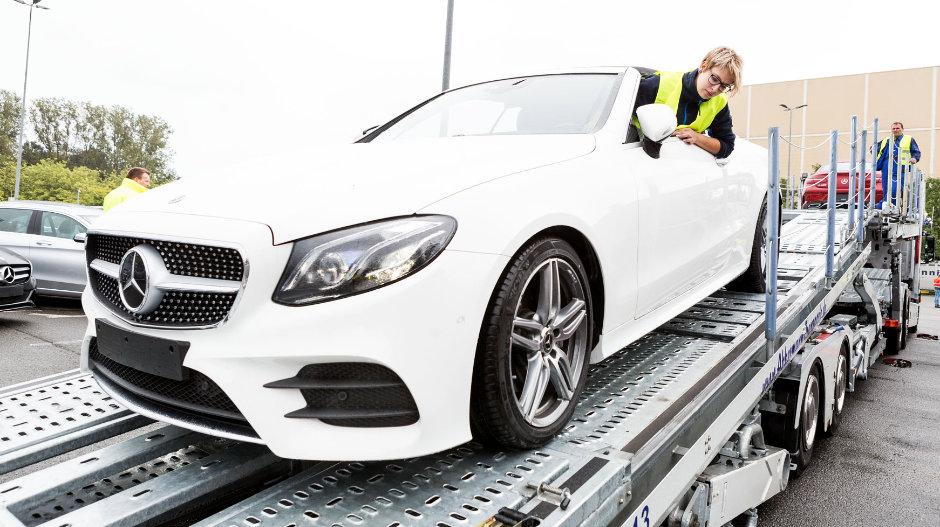 Lena Evers, la aprendiz de camionera de 21 años, que transporta coches de lujo en Alemania
