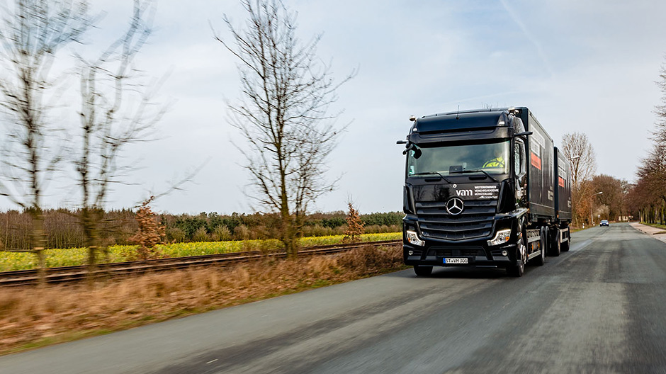 Clear cockpit layout, state-of-the-art assistance systems: the new Actros enables VAM driving instructors to train their pupils for the truck technology of tomorrow.