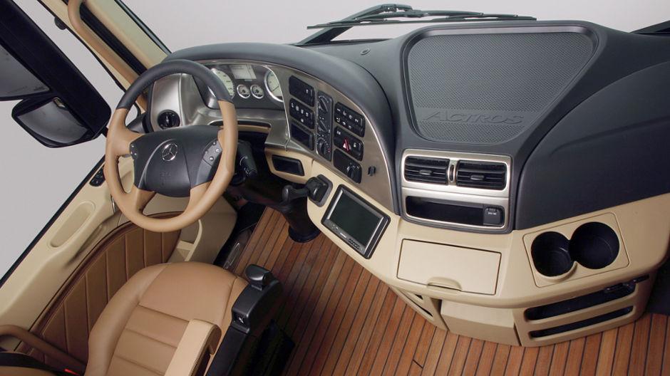 Actros cruiser un espace de travail et de vie moderne for Camiones ford interior