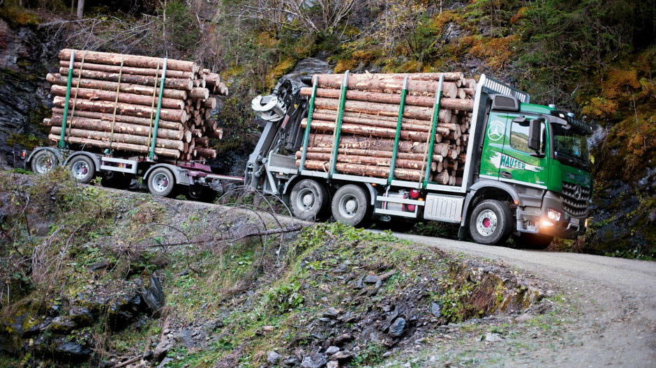 With 30 solid cubic metres of wood on-board, Hauser and his Arocs set off in the direction of the customer.