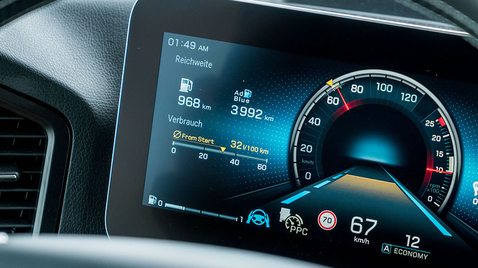 The blue steering wheel symbol and the 3D road animation in the display show that Active Drive Assist has taken over the controls.