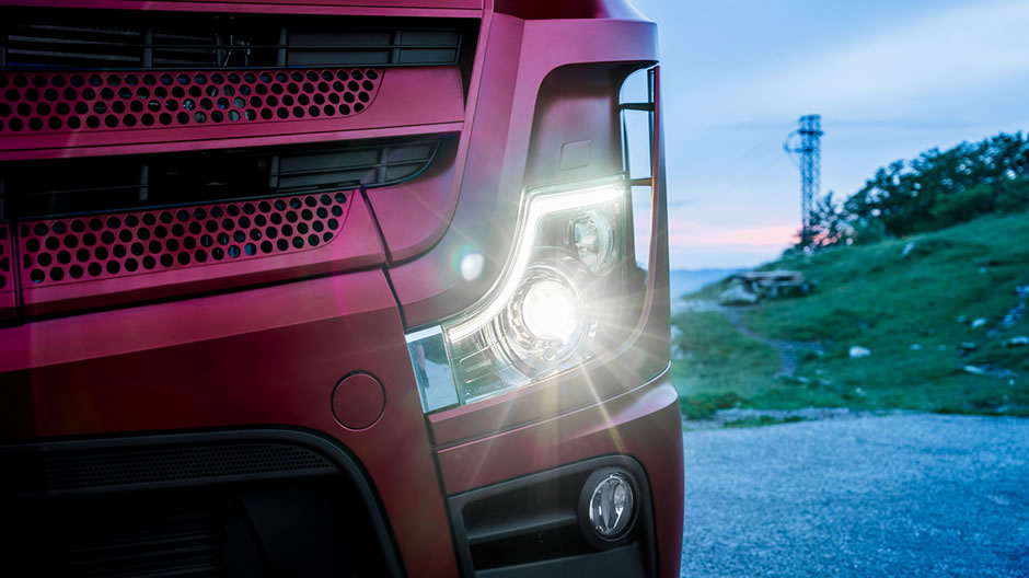 Unmistakeable: the curved light signature makes the Actros unmistakeable both during the day and at night. Plus, in combination with the dipped beams, it ensures perfect illumination of the road. The new Intelligent Light headlamp system comprises LED daytime running lights, an automatic main and dipped beam, an automatic cornering light and front fog lamps.