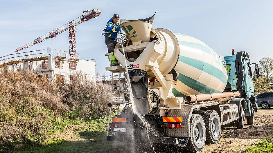 Well mixed. Special concretes are part of the core business of Van Pelt Bouwmaterialen – with the Arocs 3240 B as a perfect choice for the task.