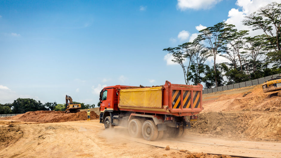 A Herculean task. In the centre of Singapore, Huationg Global Limited is removing entire hills. At each of their construction sites, the company's Actros shift up to a million cubic metres of soil on average.