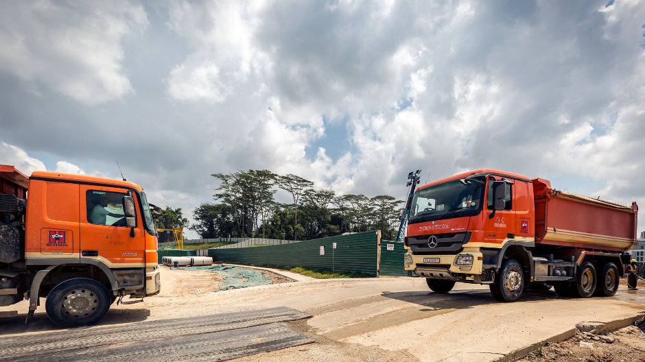 One leaving every couple of minutes. With more than 100 Actros 3336 models, Huationg Global Limited transports earth from the hills into the centre of Singapore, where it is used to stabilise the subsoil at a building site which had previously suffered from maritime erosion.