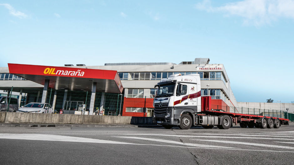 Steady growth. The corporate headquarters of Transmaraña, with service station, and an Actros on its way to pick up a container.