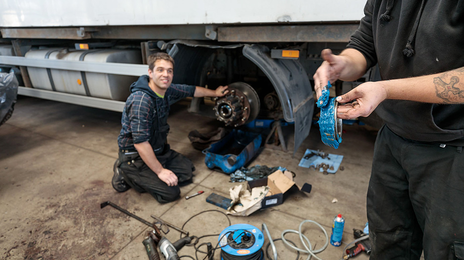 Experts in the three-pointed star. An in-house workshop with permanently employed vehicle mechanics looks after the maintenance of the trucks.