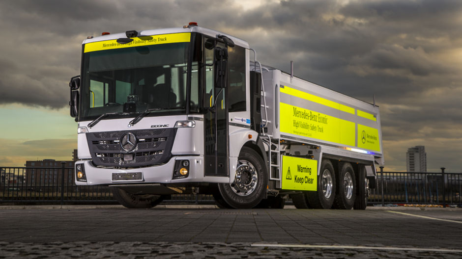 Top performance in tight spaces. In confined urban environments the Econic demonstrates its qualities as a manoeuvrable truck with an ideal package for the safety of people and the environment.