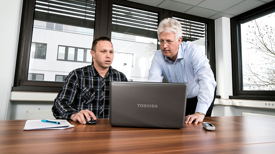 Always in the picture. Fleet manager Sascha Schmieder (left) monitors his fleet via the Mercedes-Benz Uptime customer portal. From here he arranges a necessary maintenance appointment and combines it with service work on the air-conditioning system, which is also required.