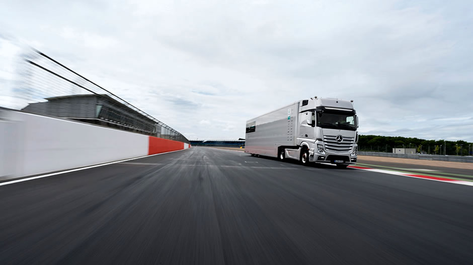 That same evening the cars of the world champion and his team-mate Nico Rosberg are taken to the workshops at Brackley in a Mercedes-Benz Actros in team colours.