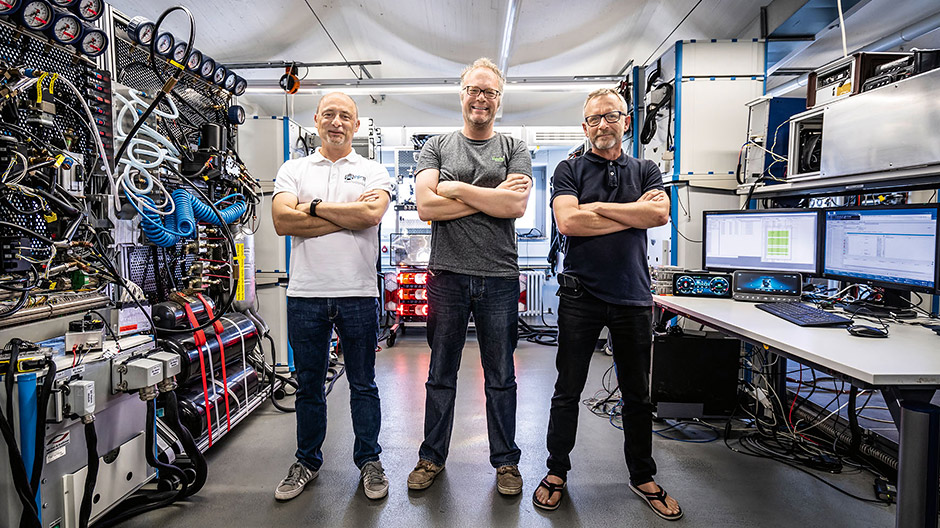 Hardware in the Loop (HIL). This is the laboratory where the systems built into the new Actros were put through their paces by, among others, the engineers Dr. Jan Wirnitzer, Marco Rooney and Hans-Jürgen Gutmayer (right-to-left).