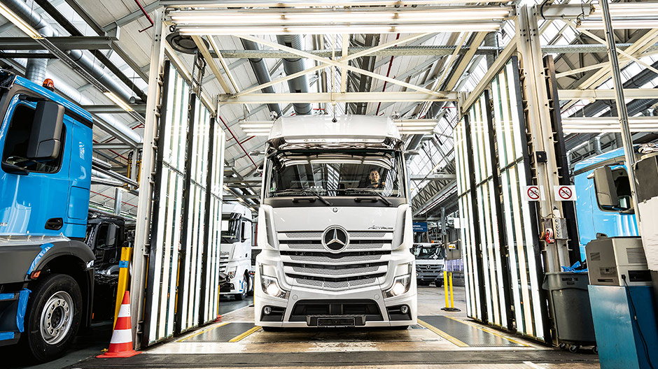 Innovations in serial production. The test Actros in the light tunnel at the end of the final assembly line at the Mercedes-Benz plant in Wörth.