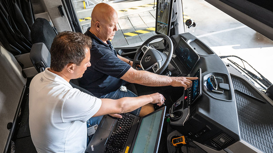 Intuitive operation. Test driver Markus Wolf and development engineer Matthias Lang go through the menus in the Multimedia Cockpit before testing the new Actros on the road.