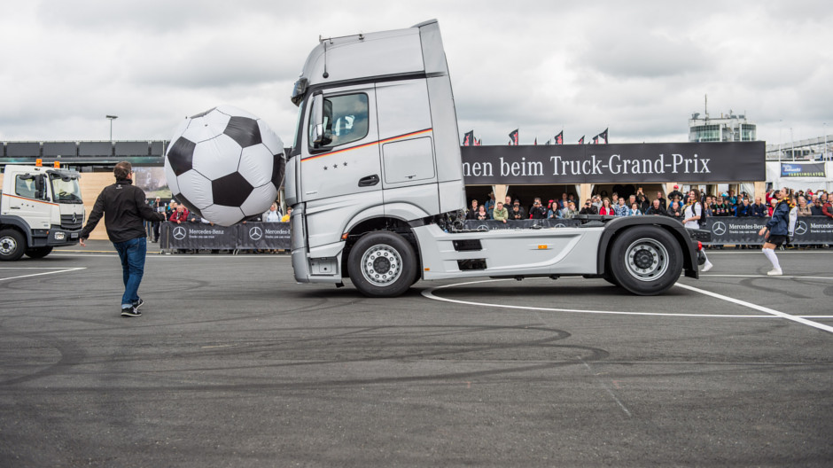 Mercedes benz at the truck grand prix 2016 roadstars for Mercedes benz trucks