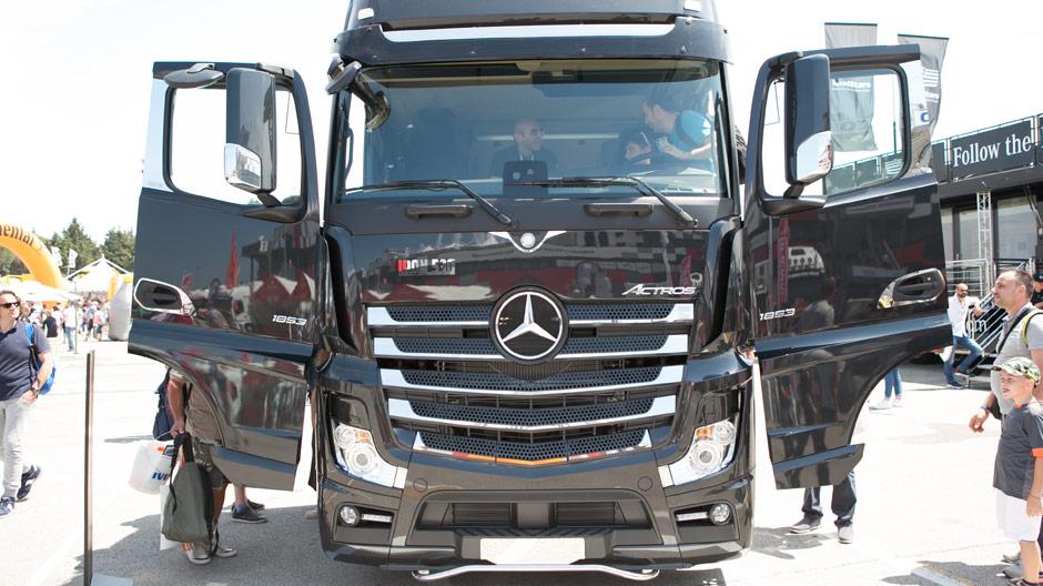 Mercedes benz trucks italia al weekend del camionista roadstars
